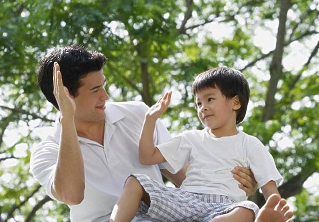 小学生的一篇作文火了,刚念完第一句,在场的爸爸都低下了头_