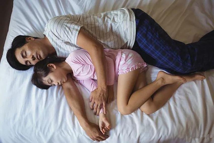[八岁女儿非要跟爸爸睡,妈妈找娃谈话,娃的一番话让妈妈无言以对]