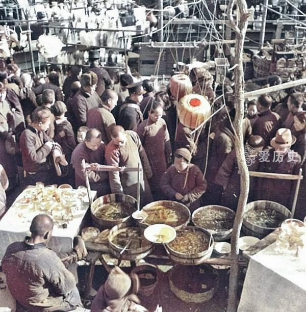 原创            民国时厂甸庙会真实影像:手拿五尺糖葫芦的妹纸 摊上摆满二师兄