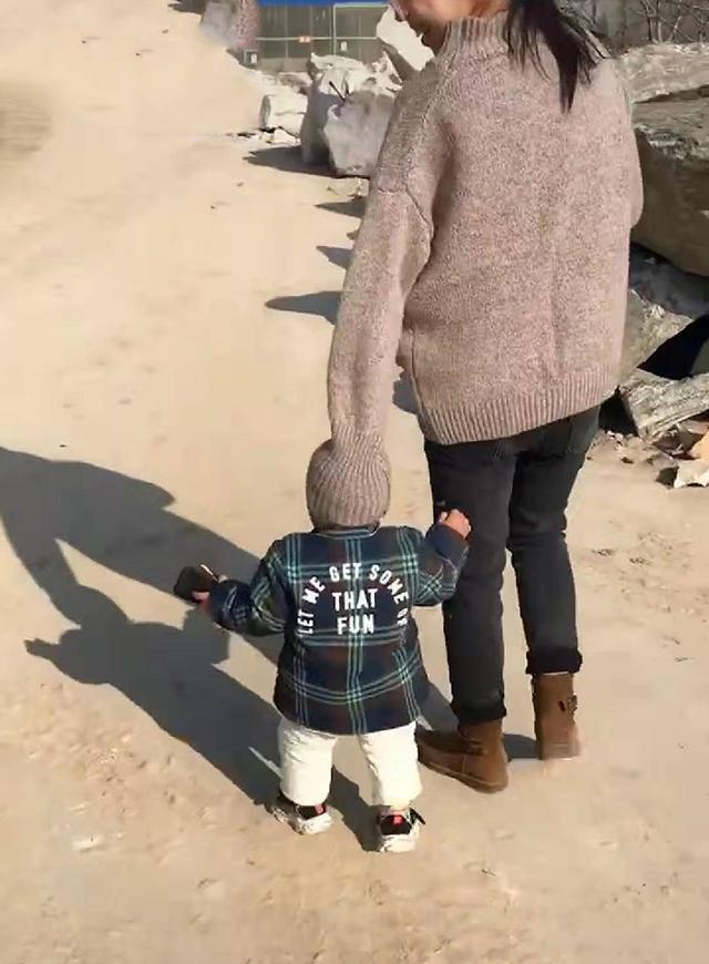 出门忘给宝宝戴帽子,妈妈急中生智,网友:头上长了个妈妈