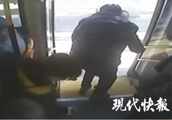 坐轮椅老人乘公交,司机:我来背