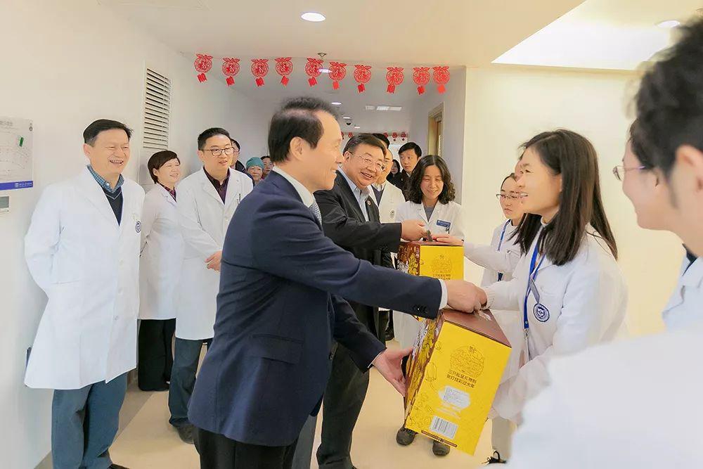 """【""""你们辛苦了!""""北大医学部领导慰问北京大学国际医院一线医务人员】"""