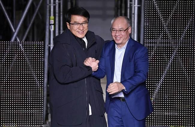 成龙巴黎跨界走秀 35年后再同框与李宁开心握手