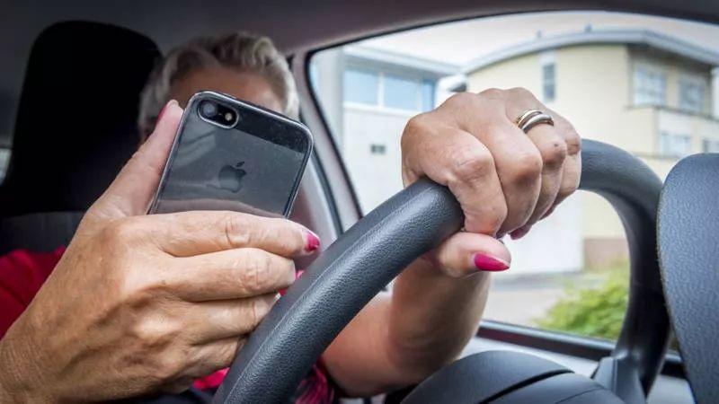 调查称,手机安放在汽车支架上,驾驶也不安全