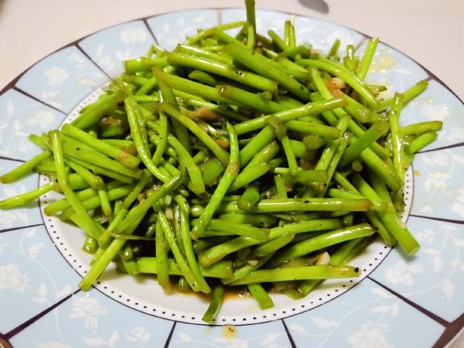 春节素菜菜谱,清炒蒜香芦蒿,春节吃太多大鱼大肉,也要吃点蔬菜