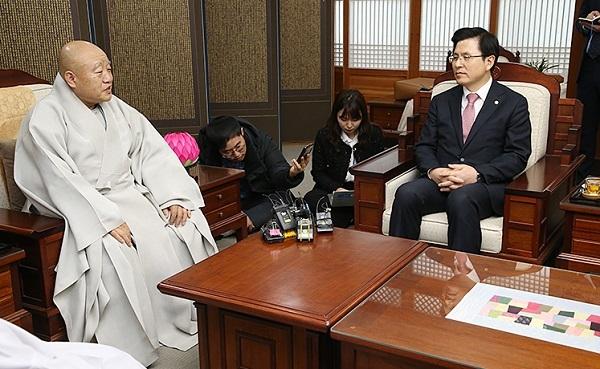 韩最大佛教宗派收到自由韩国党党首新年礼物……肉干
