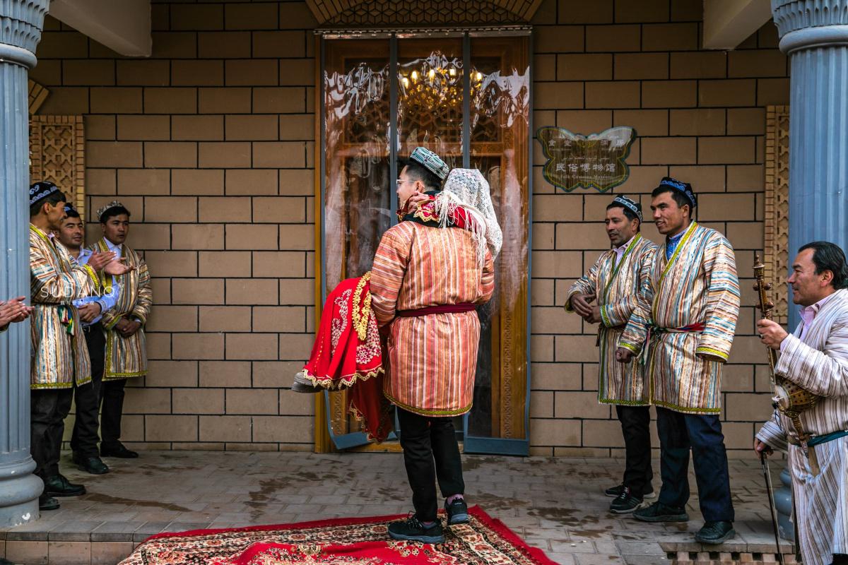 """历史上真有""""香妃"""",琼瑶阿姨没瞎编,游客体验新疆传统婚礼"""