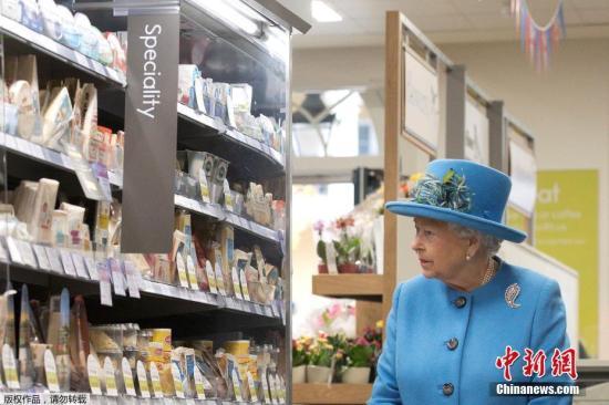 """哈里王子夫妇""""引退""""风波后,英女王现身面带微笑"""