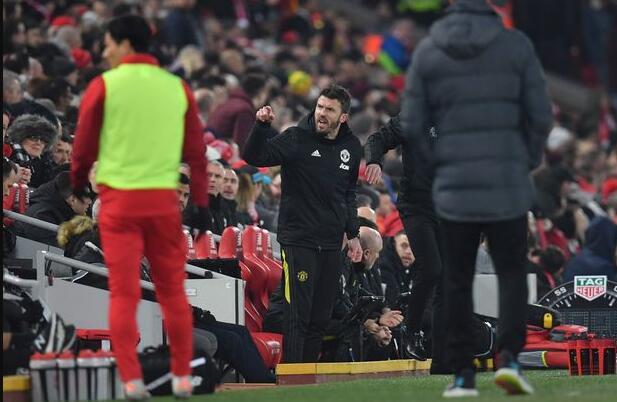 卡里克与红军球迷发生冲突 怒斥裁判偏袒利物浦