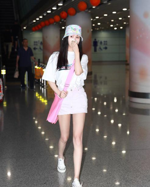 「八抓娱」原创李菲儿机场照曝光,超短裙短成下衣失踪装,身材火辣大长腿吸睛