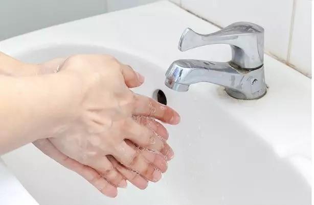 新型肺炎会人传人,一文看全打喷嚏、戴口罩、洗手的正确姿势