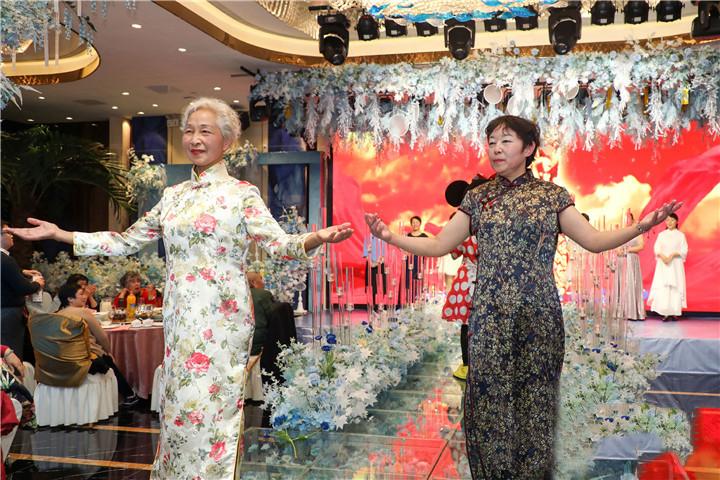 年逾花甲的她们,穿上旗袍迎新年