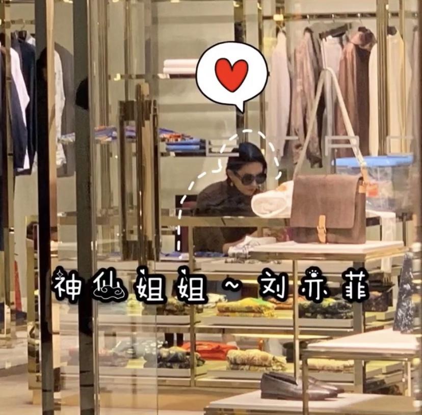 热点:刘亦菲在时装店选购,无人招待黯然离开,路拍仍肚子大腰粗