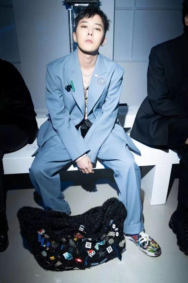 状态太可了!权志龙退伍后首次参加时装周 助阵姐姐权达美自创品牌秀场