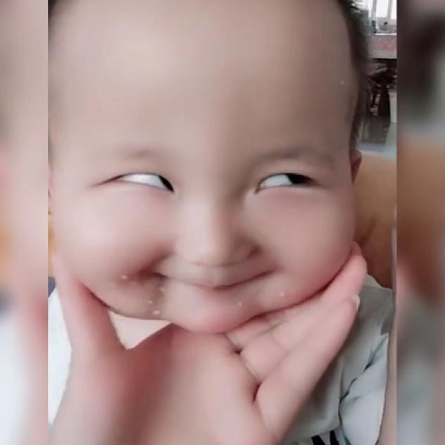 """宝妈捏宝宝的小胖脸,结果捏出了一张""""滑稽脸"""",让人忍俊不禁!"""