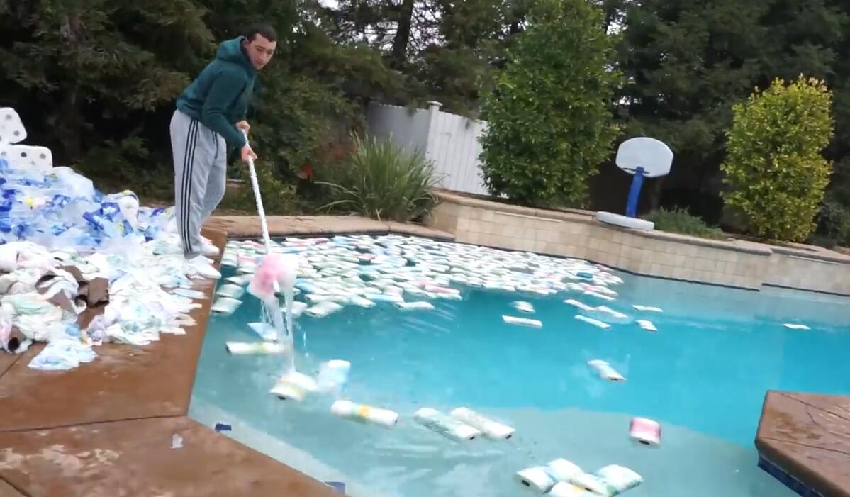 """网红做实验""""十万张纸巾能否吸干游泳池水""""被痛批浪费"""