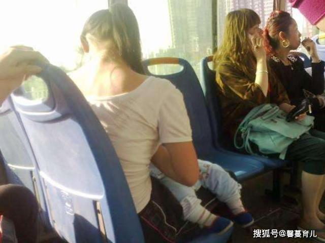 宝妈公交车上掀衣