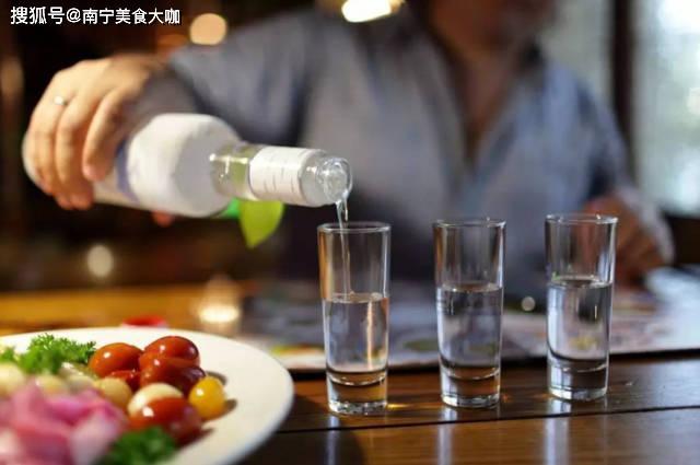 """喝白酒时,为什么老酒鬼们都喜欢在旁边放一瓶矿泉水?有""""讲究"""""""