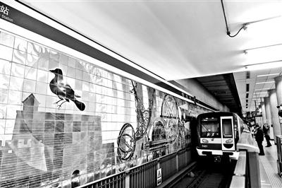 建国门地铁站老壁画重现古风
