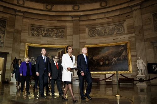 美参议院正式审理弹劾案时 特朗普却去了瑞士扬言报复
