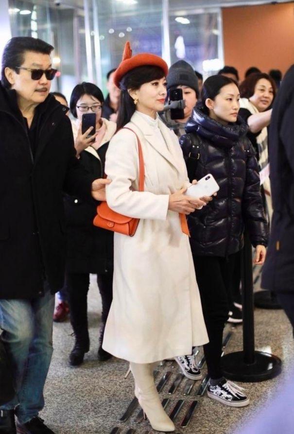 赵雅芝不当自己是老人,高领毛衣还要搭马甲,就不能真实的老去?