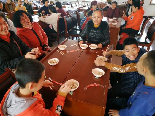 大连友谊街道爱民社区举办迎新春包饺子大赛