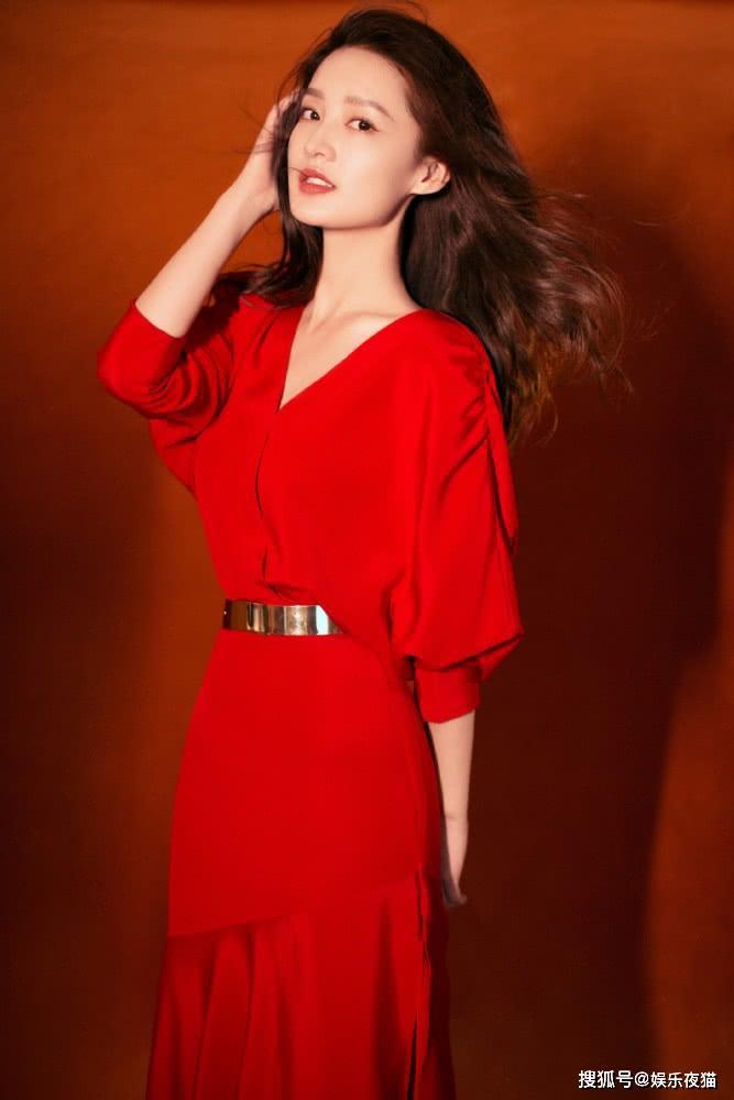 李沁穿新年红连衣裙太美了,配金属腰带个性显高,优雅到骨子里_设计