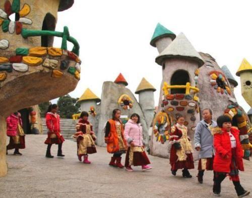"""我国唯一""""小矮人王国"""",100多人住在蘑菇屋,身高都不到1米3?"""