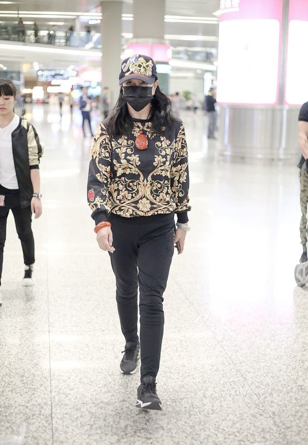原创             68岁刘晓庆可真潮,穿花棉袄配萝卜裤走机场,看到小腿我酸了