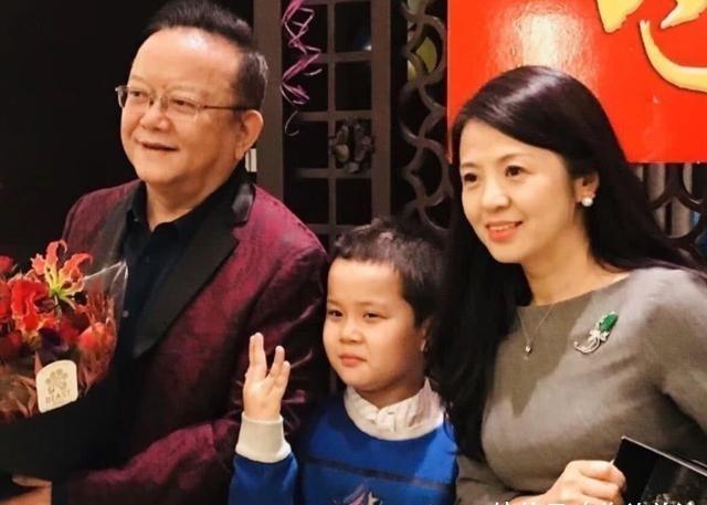 王刚过70大寿,三代同堂儿子外孙同岁,分不清谁是女儿谁是妻子