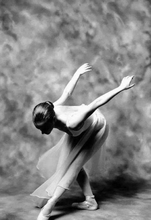 舞者入门必修课:开肩、开胯、下腰、压腿练柔韧