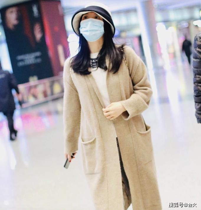 45岁王艳罕露面,儿子一路提行李太懂事,母子相差31岁却像姐弟_