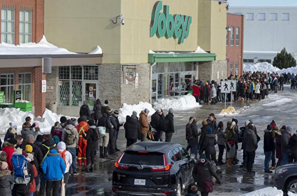 經歷雪暴后 紐芬蘭雜貨店首開 民眾大排長龍