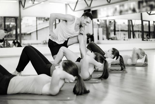 卷腹动作无法练出腹肌!6个腹肌动作,帮你虐出马甲线、腹肌