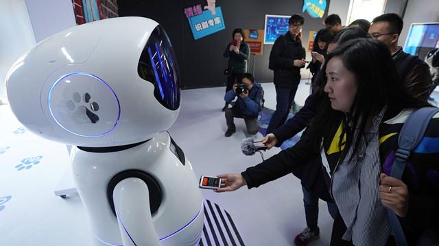 2020达沃斯|人类会沦为给AI提供免费数据的工具吗?