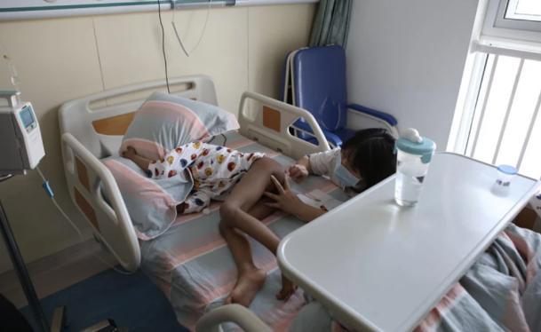 """""""妈!求你了,我不治了,妹妹快饿死了""""男孩跪地求母放弃救治"""