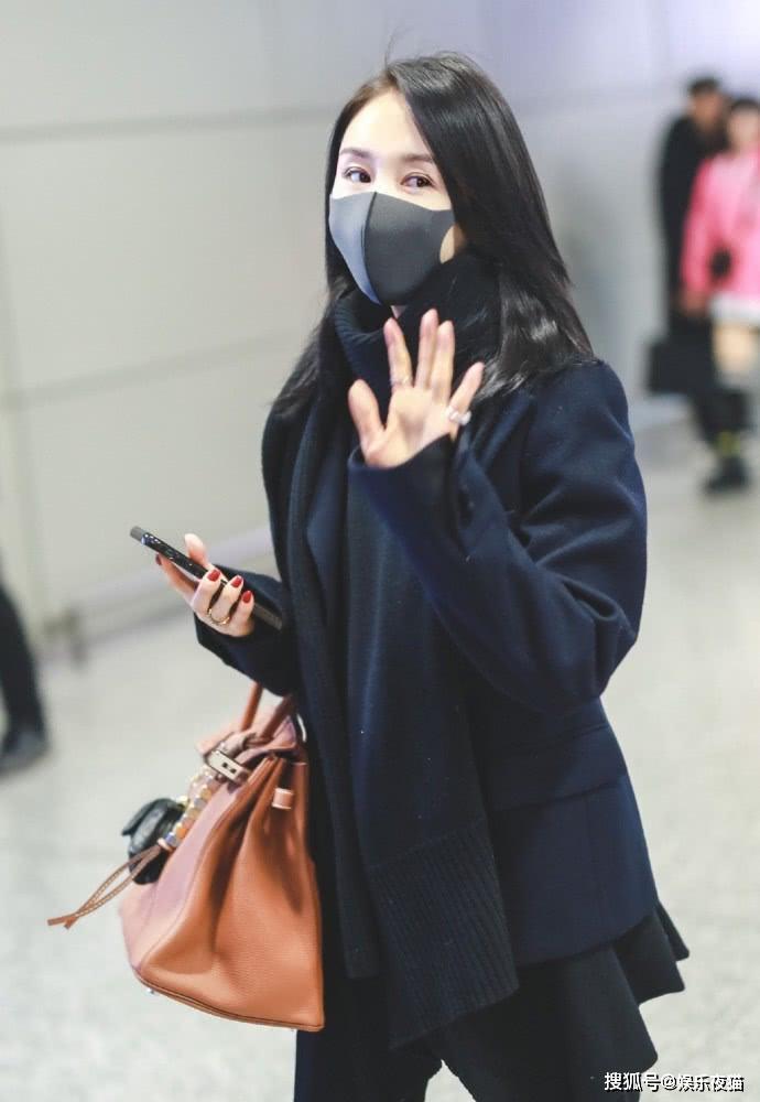 王子文机场足够低调,藏蓝呢子西装搭长围巾亮相,舒适又保暖
