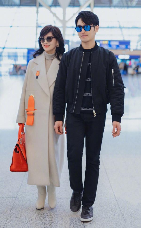 原创             66岁赵雅芝端庄优雅走机场,身旁小儿子颜值成亮点,酷似钟汉良