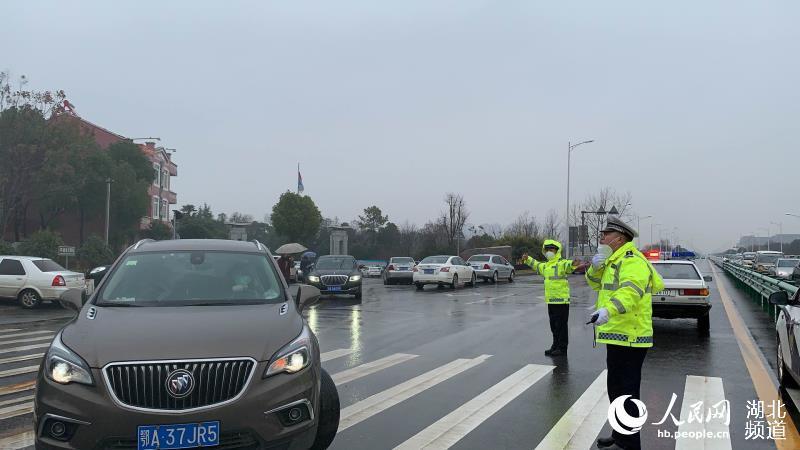 """警方为武汉""""小汤山""""医院建设保驾护航"""