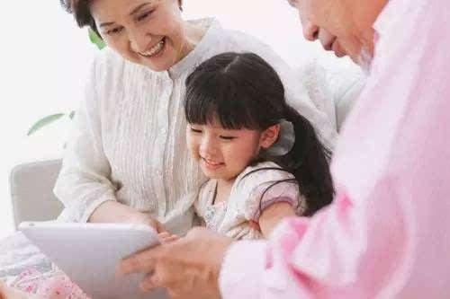 外公外婆带大的孩子,为什么总是和爷爷奶奶更亲近?