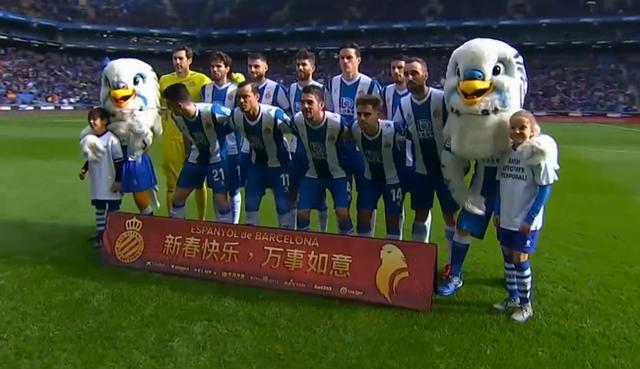 西甲-武磊替补出场未进球,西班牙人坐镇主场迎战毕尔巴鄂竞技,小球童身穿武汉加油T恤