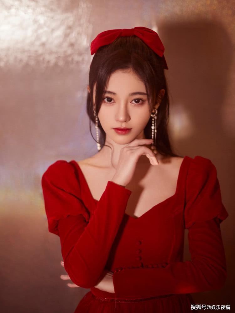 鞠婧祎和吴宣仪,同样搭配红色蝴蝶结发饰,风格差距居然这么大?