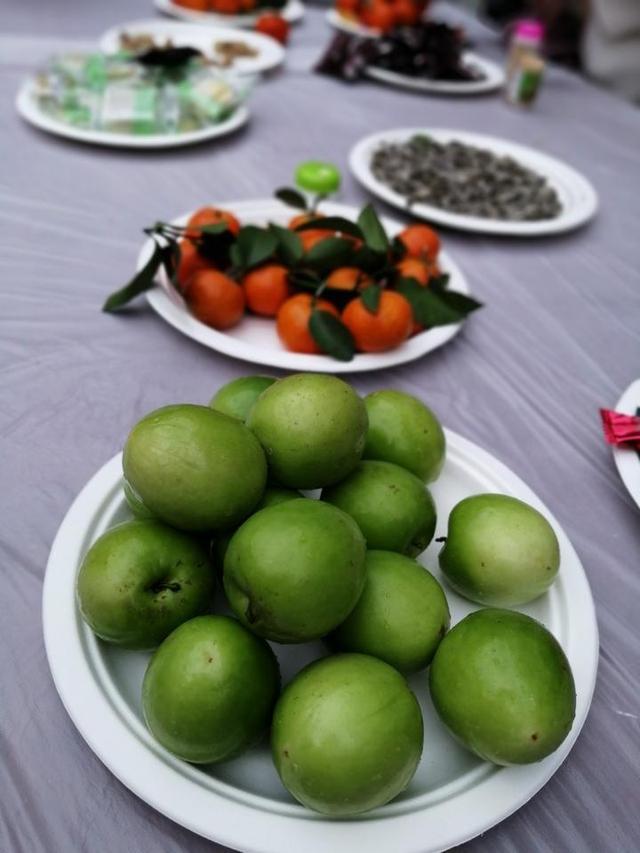 单位的团拜会和文化市集里的美食,很有地方特色