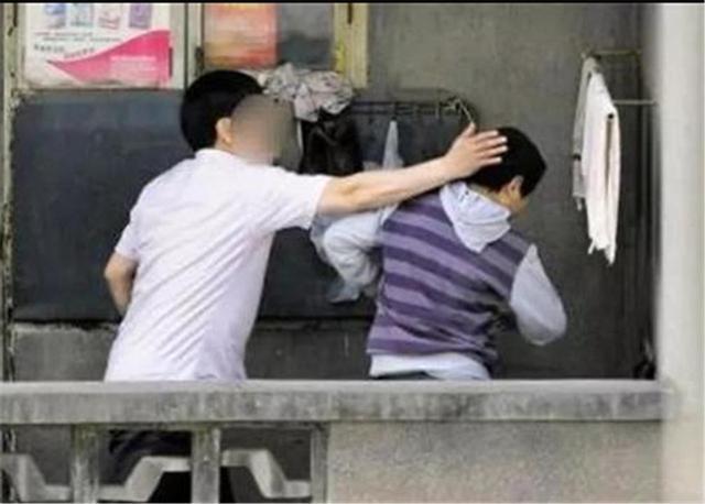 """""""爸爸,抱抱"""",7岁女孩顶嘴被亲爸虐打,闭眼前的话让人泪崩"""