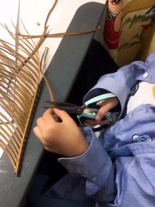 幼儿园作业做小动物,宝宝用树叶拼出恐龙,网友拿起拖鞋奔向儿子