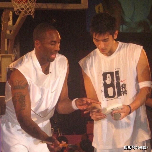 科比高以翔生前合影曝光,二人身穿篮球服,温馨互动令人泪目