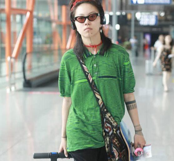 """有种时尚叫""""王菲的女儿"""",出门脖子头上挂红绳,网友:欣赏不来"""