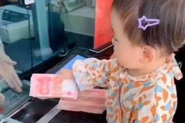 不忽悠,爸妈带萌娃去银行存压岁钱:这厚度,妥妥的小小万元户