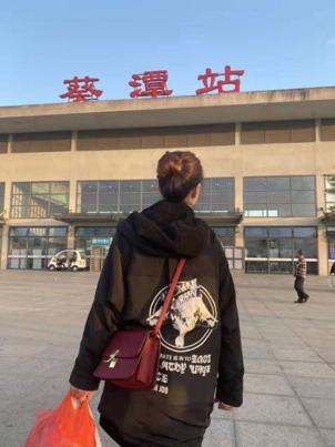 健康-武汉新型肺炎 | 最美背影!ICU主管护师手提塑料袋奔赴武汉一线支援