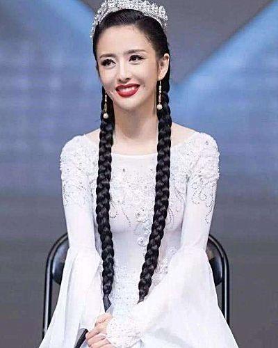 时尚-佟丽娅为何总是黑长直?看到她罕见卷发照,被惊艳到了